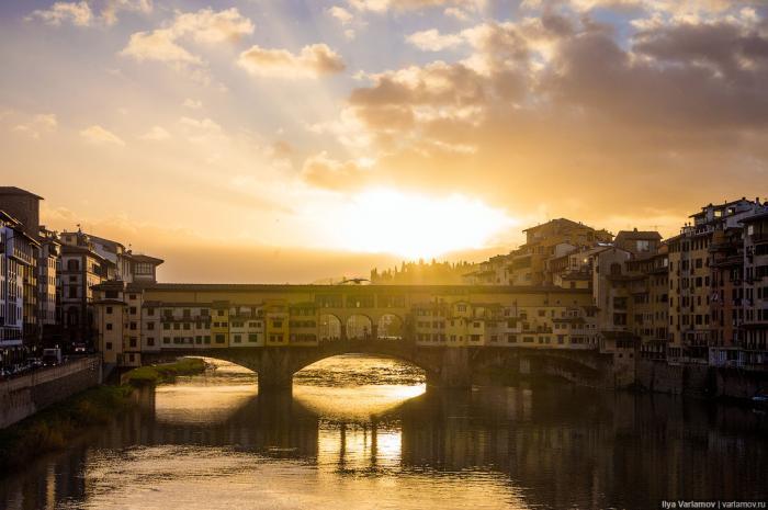 Флоренция знаменита своими мостами. Город стоит на реке Арно, и первые мосты через неё строили ещё р