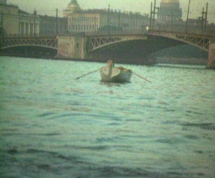 82. Довольный лев уплывает обратно, под Дворцовый мост. Мост то ли сводится, то ли разводится.