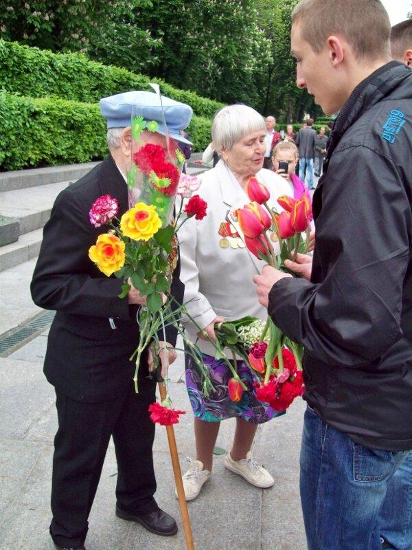 Молодежь поздравляет ветеранов