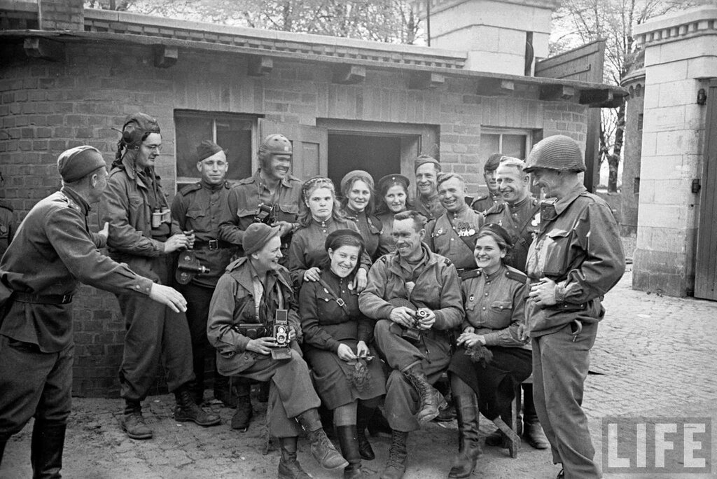 Фото на памят. Советские и американские солдаты