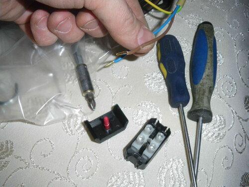 Фото 7. Внутри кожуха находится штатный винтовой клеммник новой люстры. Провода люстры имеют заводскую опрессовку. Изоляция проводов продавлена деталями кожуха.