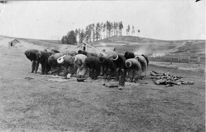 Солдаты-мусульмане за молитвой