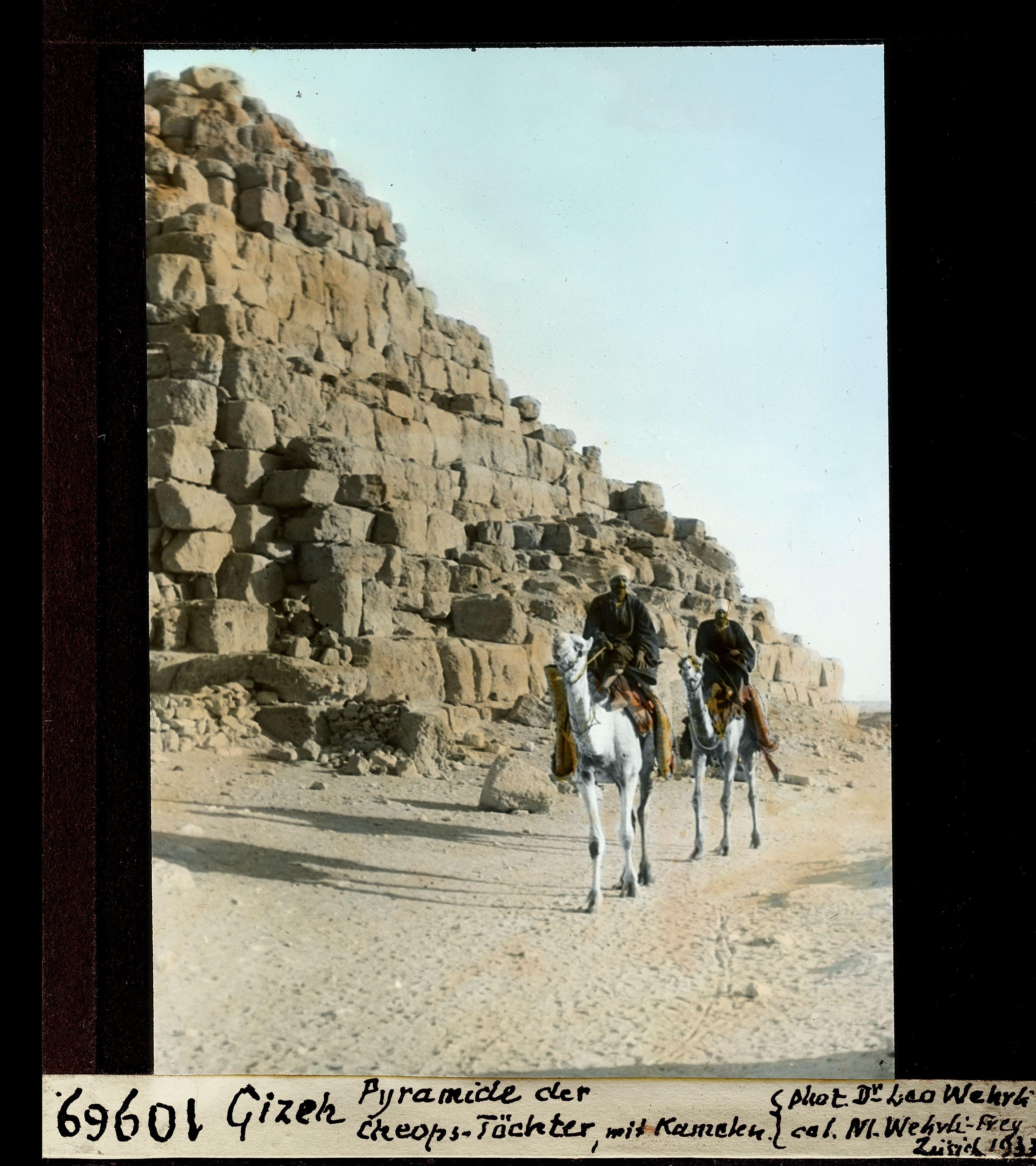 Гиза. Пирамида, построенная дочерью Хеопса (по Геродоту) и верблюды
