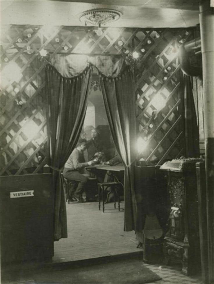 1932. Вход в кафе на площади Италии