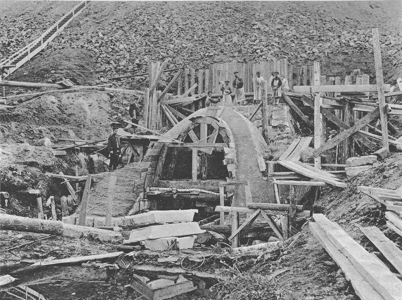57. 2572 верста. Переделка входного оголовка каменной трубы у сплывшей насыпи. Строительный период 1910
