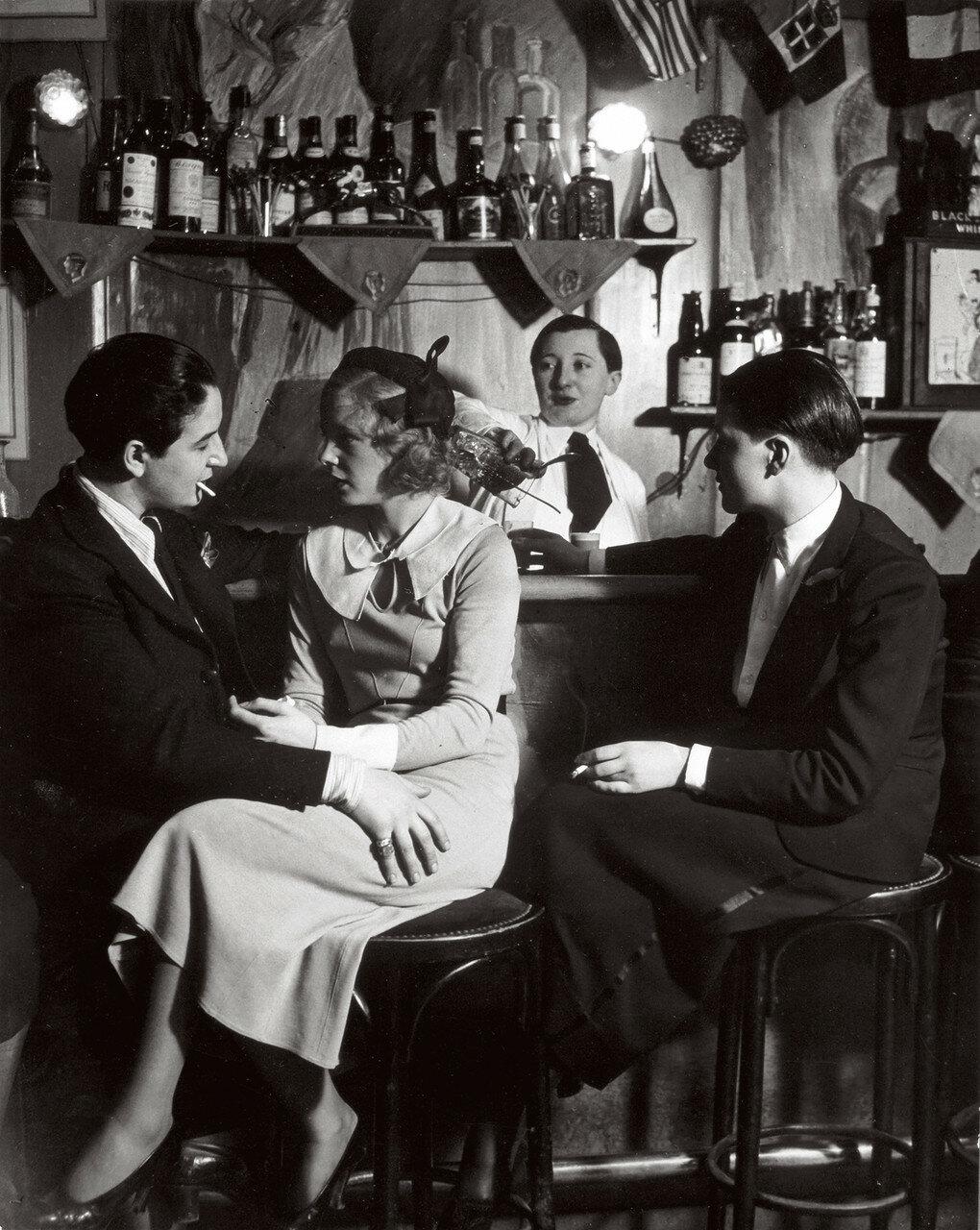 1932. «Монокль», клуб для лесбиянок.  Хозяйка Лулу де Монпарнас (слева), беседует с посетителем