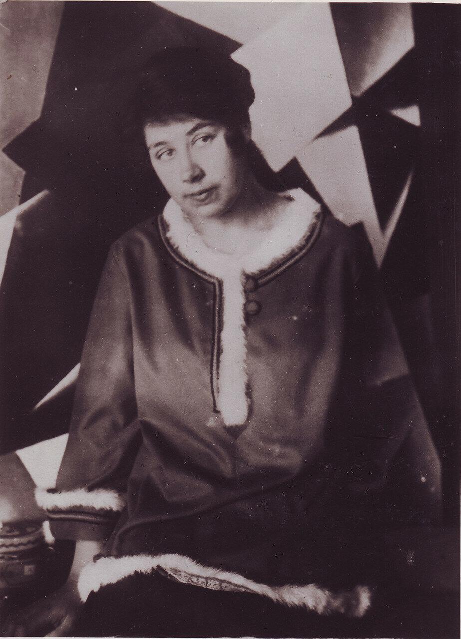 1919. Любовь Попова в своей мастерской