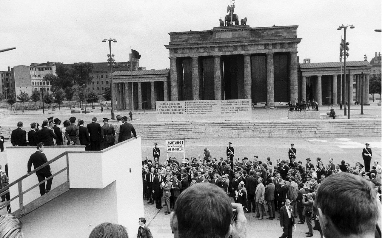 26 июня 1963. Кеннеди на площадке, возведенной англичанами перед Бранденбургскими воротами