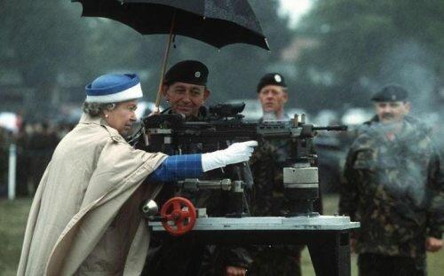 Английская королева всегда могла дать личный пример демократичности своим верноподданным