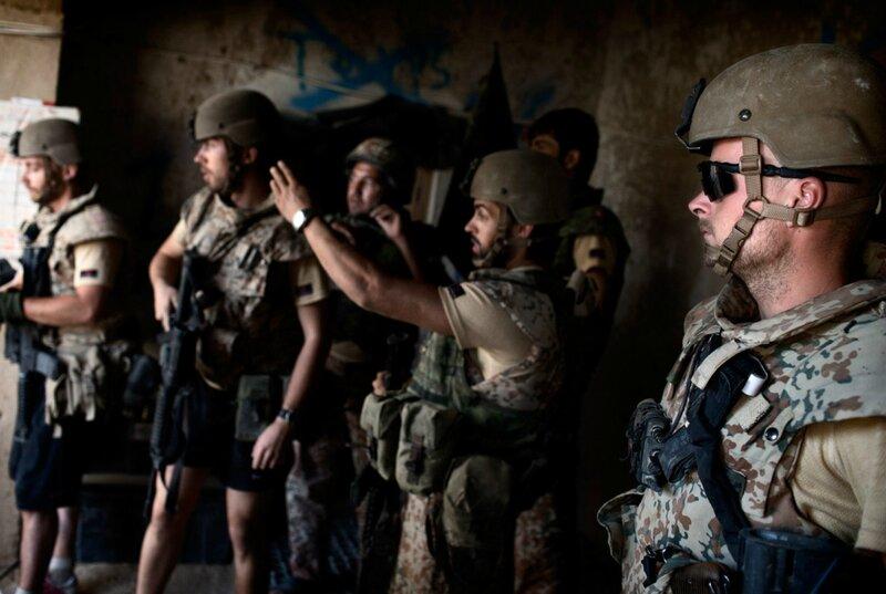 Afghanistan.<br />Camp Price. vejkontrolpost uden for Gereshk bemandet af det afganske militær ANA.Danske soldater i Camp Britzar på patrol Baseline, har søgt dækning efter to britiske soldater netop har trådt på en IED 300 m fra lejeren.
