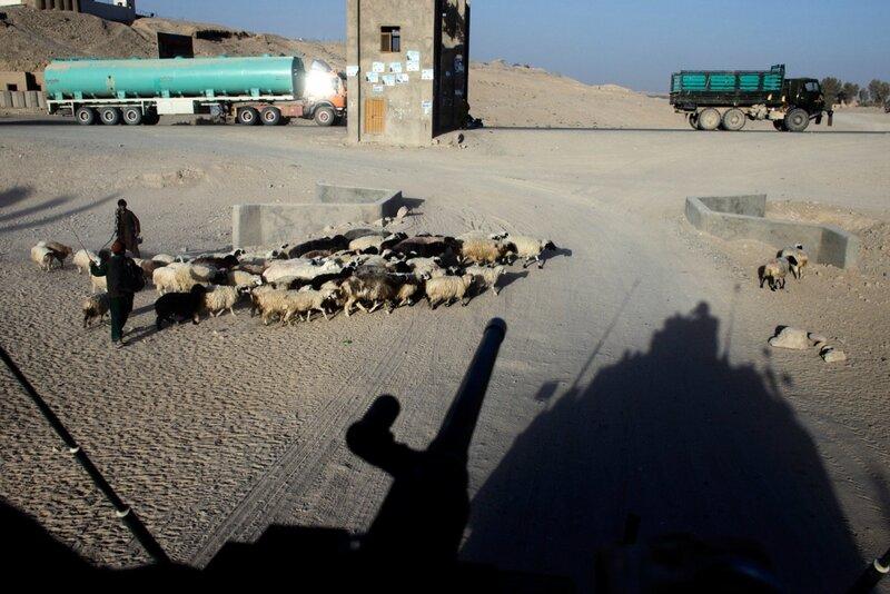 Afghanistan.<br />Et dansk Eagle-køretøj på vej op på Highway One i Gerehsk, Helmand.
