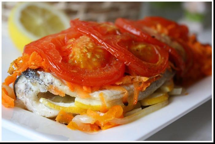 рыба запеченная в фольге с морковью и помидорами фото рецепт