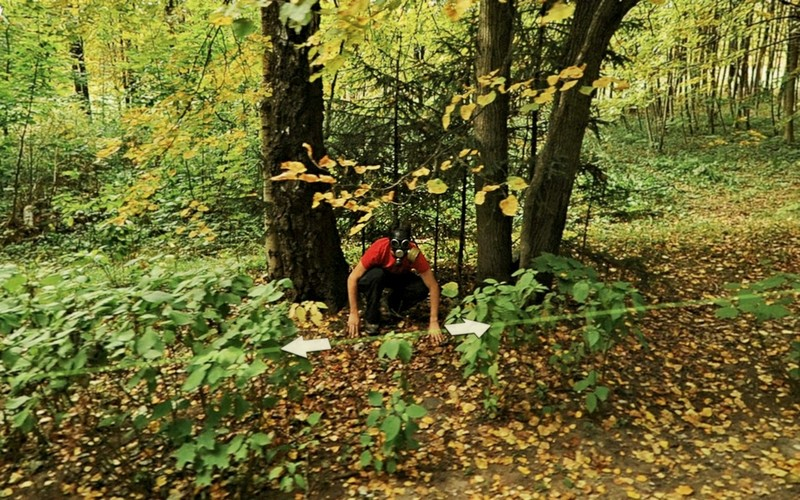 17. Мужчина в противогазе прячется в лесу.