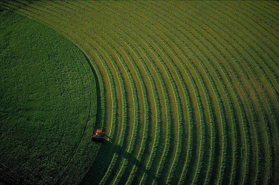 35. Трактор на поле в штате Монтана.