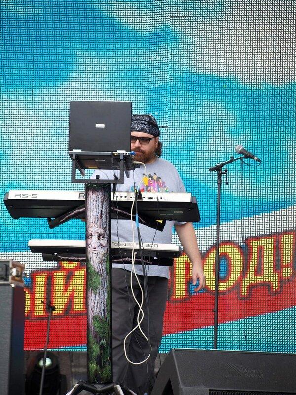 Алексей Румянцев за синтезатором