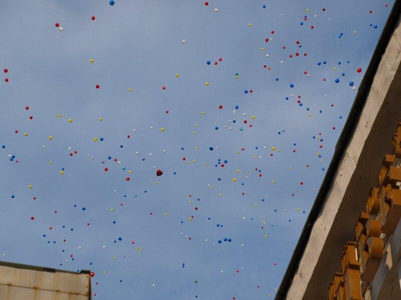 воздушные шары в небе на фоне политеха