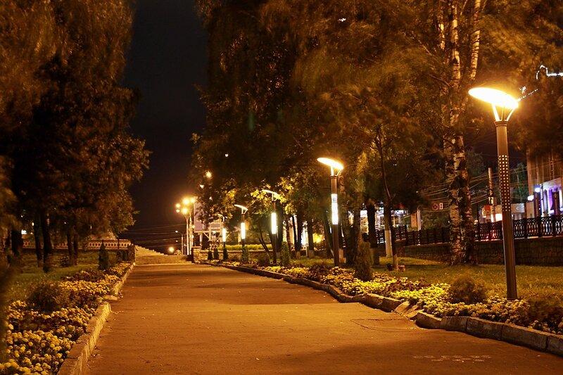 Аллея в сквере рядом с горадминистрацией и необычные фонари - фото ночного города Кирова 2015