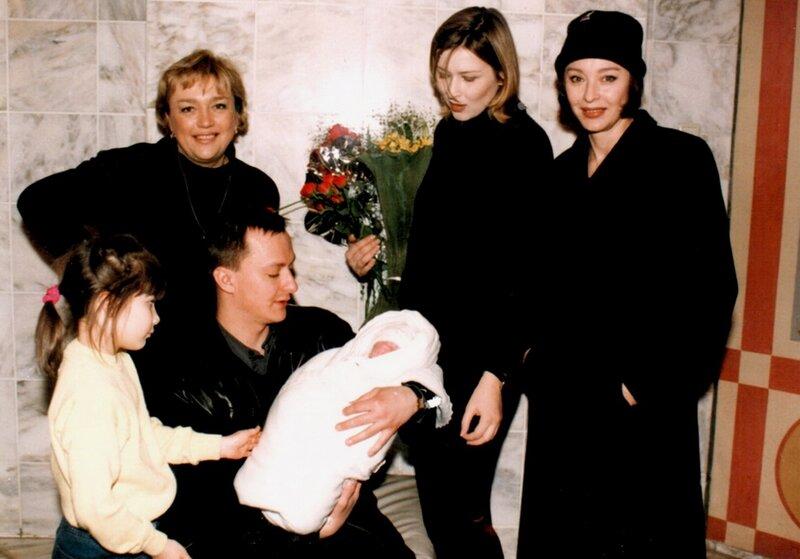 Ольга Белан, Анастасия Вертинская с сыном, невесткой и внуками