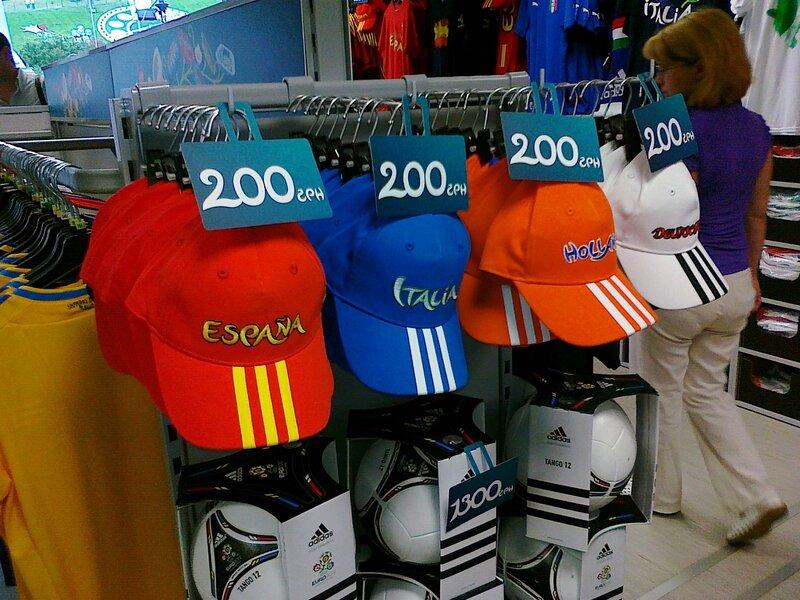 Цена спортивных фуражек в фан-магазине на Майдане Незалежности