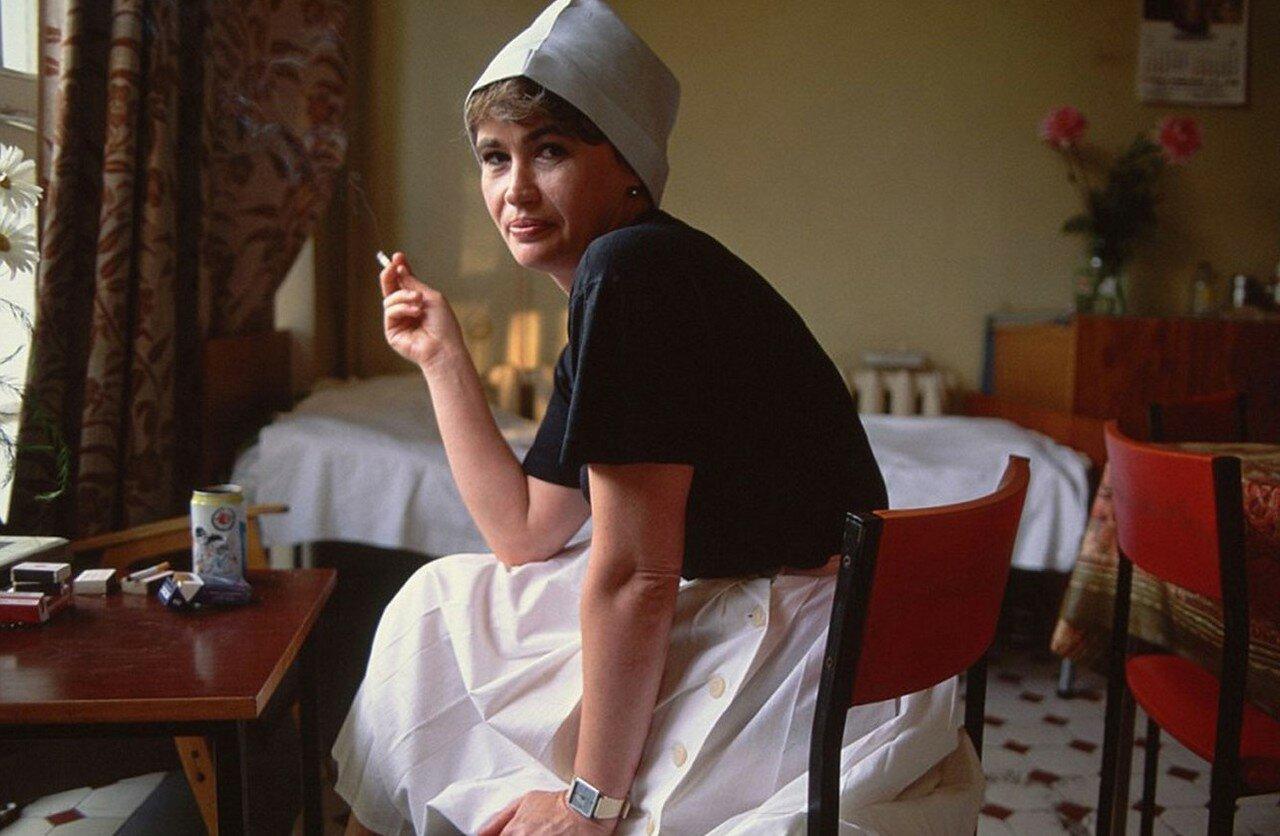 1991. Медсестра Людмила курит во время перерыва в столовой