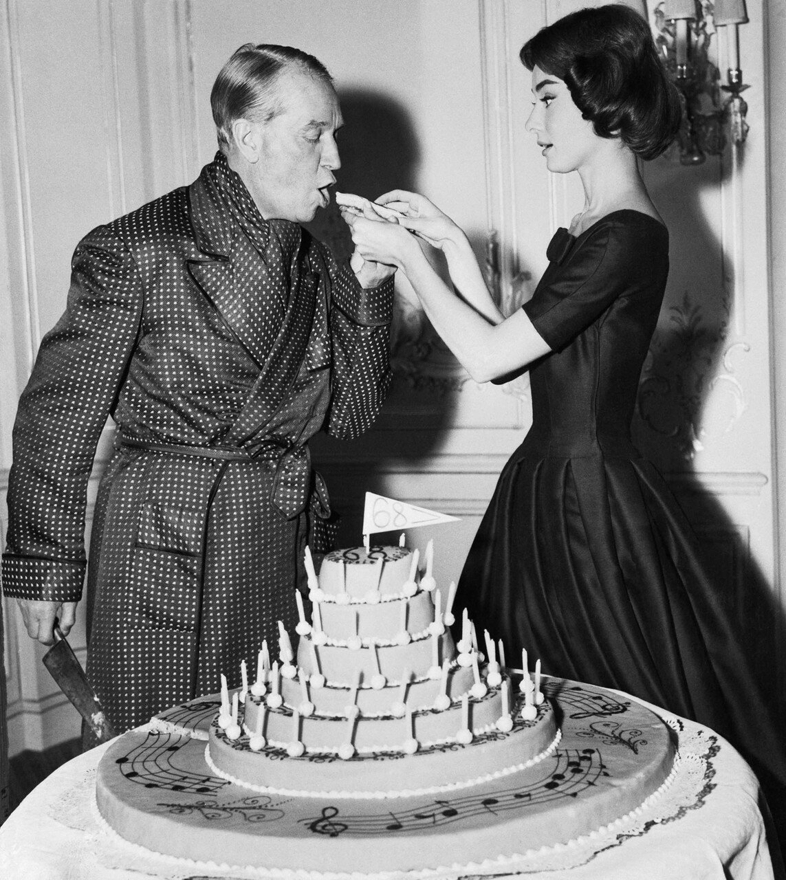1956. Одри Хэпбёрн кормит тортом Мориса Шевалье