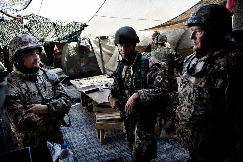 Afghanistan.<br />En trykket gruppe danske soldater på patruljebase Britzar efter to af deres britiske kammerater minutter inden har trådt på en IED.