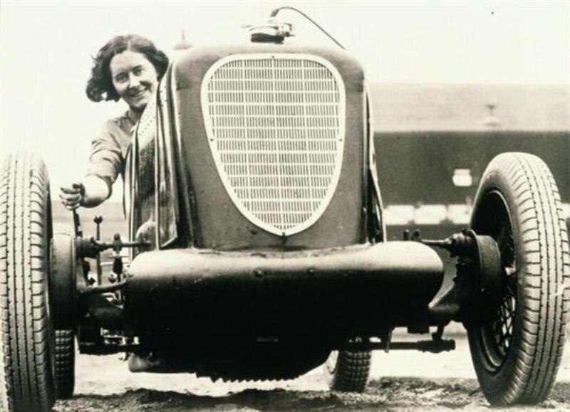 Первая женщина за рулем автомобиля изоражения