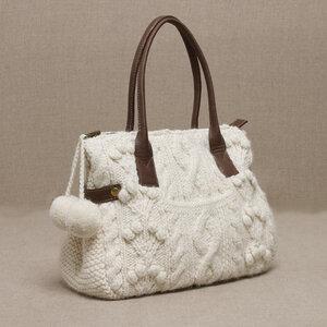 Арановая сумочка с карманом и помпошками