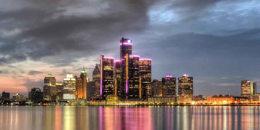 В фильме «Робокоп» 1987 года Детройт был изображён как город-банкрот, в котором царят прес