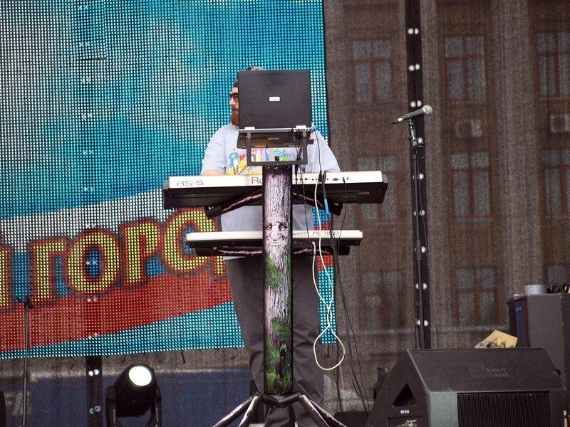 Алексей Румянцев спрятался за ноутбуком и синтезаторами