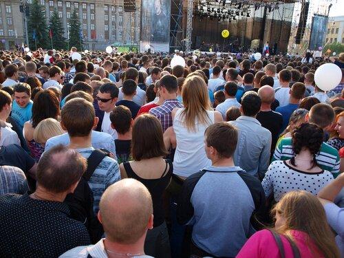 толпа народу перед сценой