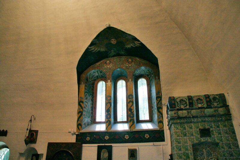 Абрамцево, церковь Спаса Нерукотворного, Роспись окна и печь работы М.А.Врубеля