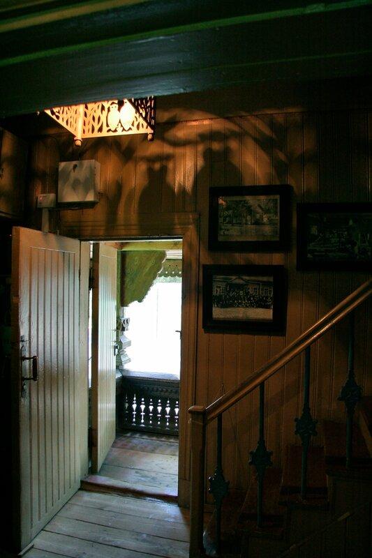 Абрамцево, Баня-теремок, Лампа с совами и тени на стене