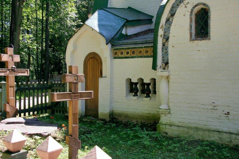 Абрамцево, церковь Спаса Нерукотворного, Усыпальница Мамонтовых