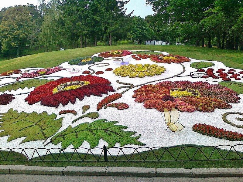 Общий вид цветочной композиции Петриковская роспись