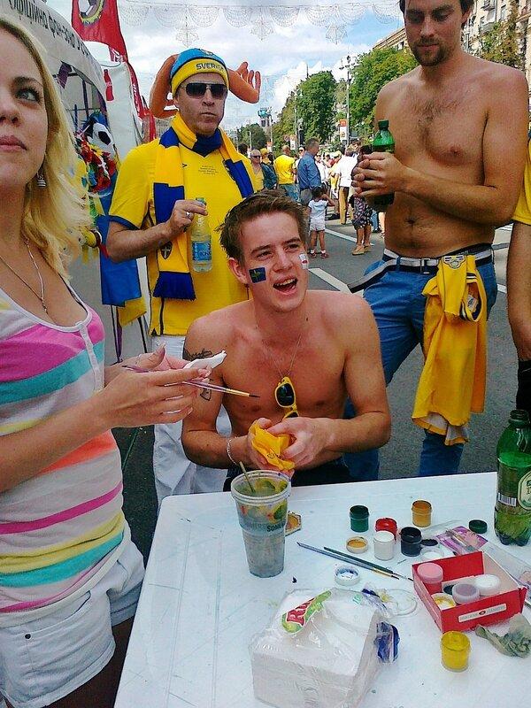 Футбольный боди-арт в фан-зоне на Крещатике