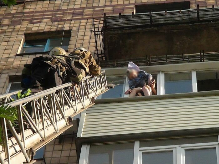 Бабушка повисла на платье, 7 этаж (фото, видео)