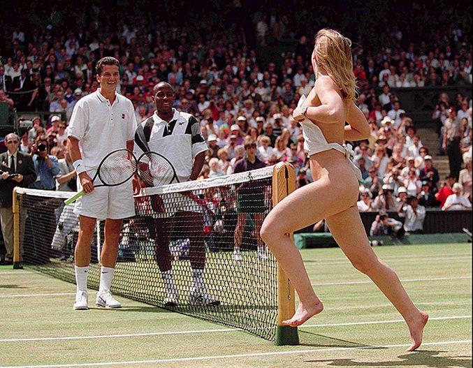 streaker / стрикер - голая девушка на теннисном корте