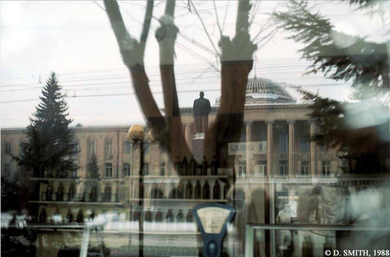 Гори. Вид памятника Сталину из окна магазина на центральной площади