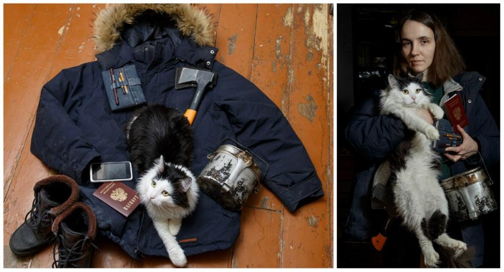 © Ekaterina Sahakyan  Кот, блокнот для эскизов, паспорт, телефон, топор, котелок, ботинки.