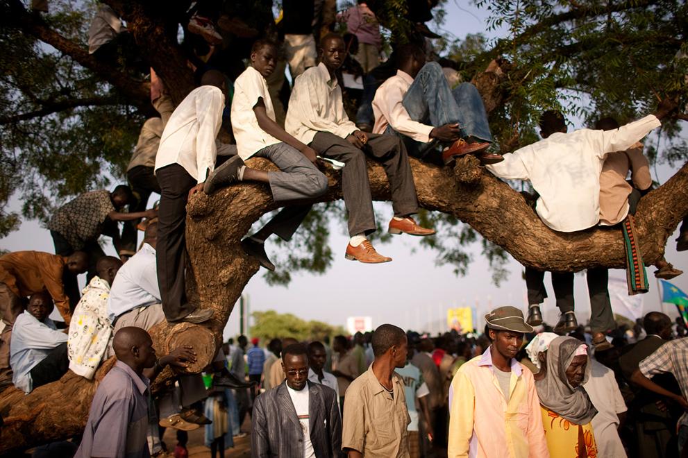 28. Жители Южного Судана собрались послушать объявление о независимости в столице Джубе. (AP Photo/P