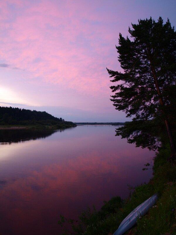 Закат, небо, река, сосна и байдарка.