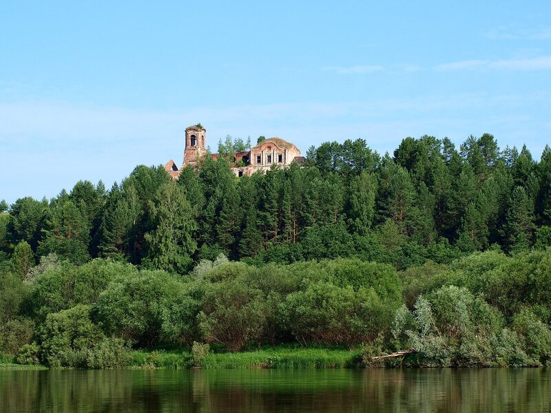 вид с реки на церковь Введения в Подрелье