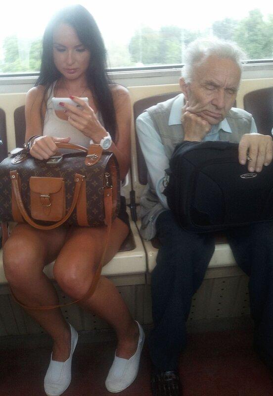 В метрополитене сняли апскирт с очаровательной блондинкой