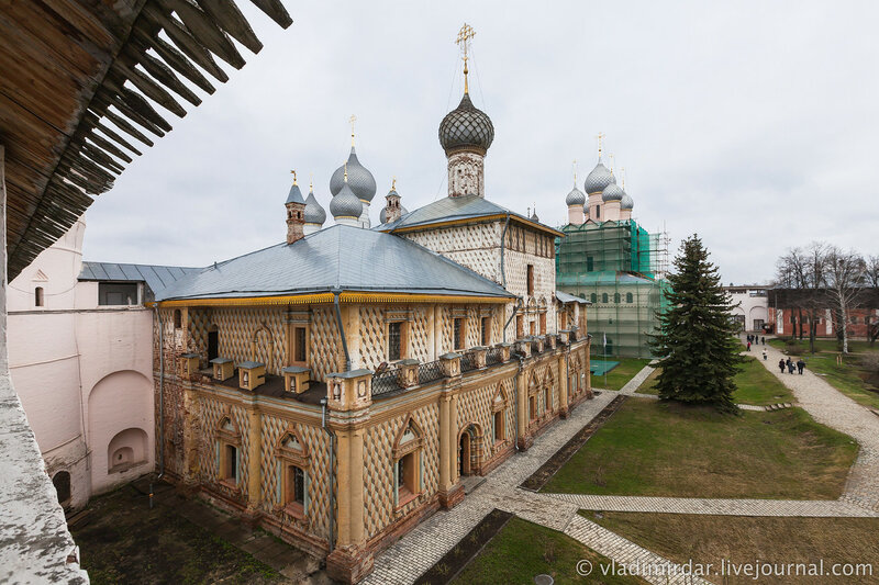 Вид на Церковь Иоанна Одигитрии с крытого перехода западной крепостной стены.
