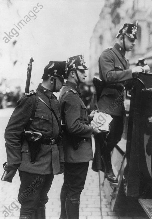 Polizei im Karl-Liebknecht-Haus 1933 - Police search KPD HQ / Berlin / 1933 -