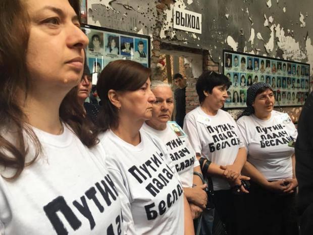 """Матерей, у которых погибли дети, вызвали в суд за футболки с надписью """"Путин - палач Беслана"""""""