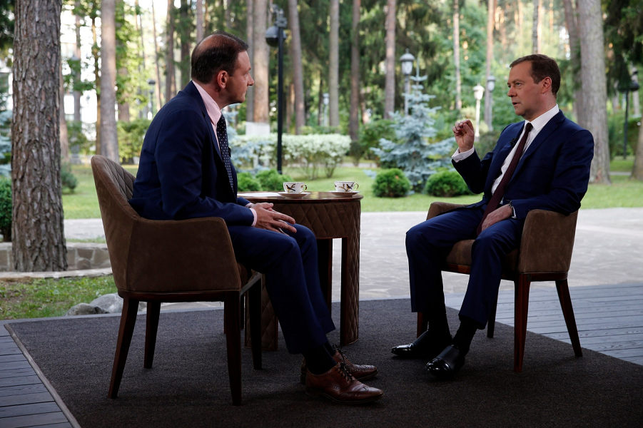Медведев у Брилева в знаменитых ботинках.png