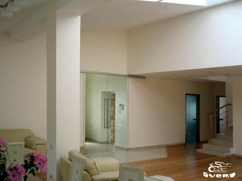 009. холл, стеклянные раздвижные двери, бамбуковый паркет