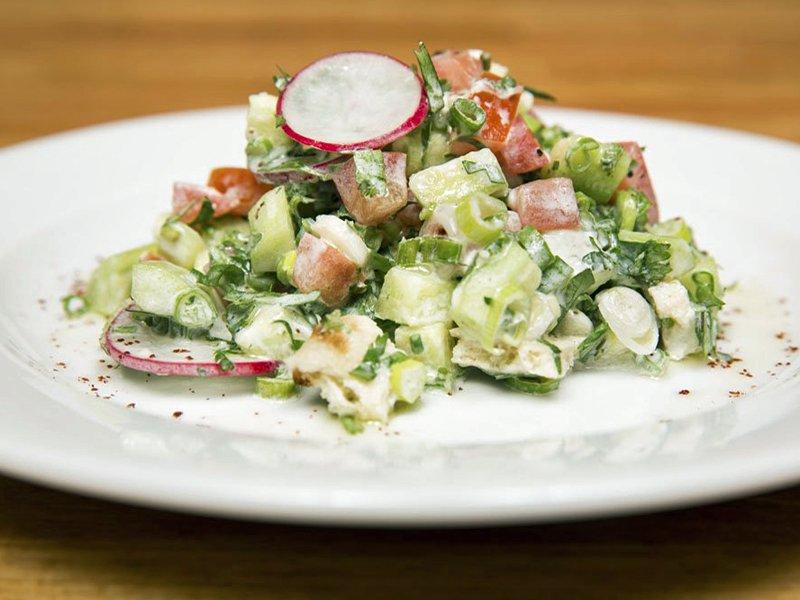 Салат из овощей Забудьте про размокшие листья салата и водянистые помидоры: в Израиле салат включает
